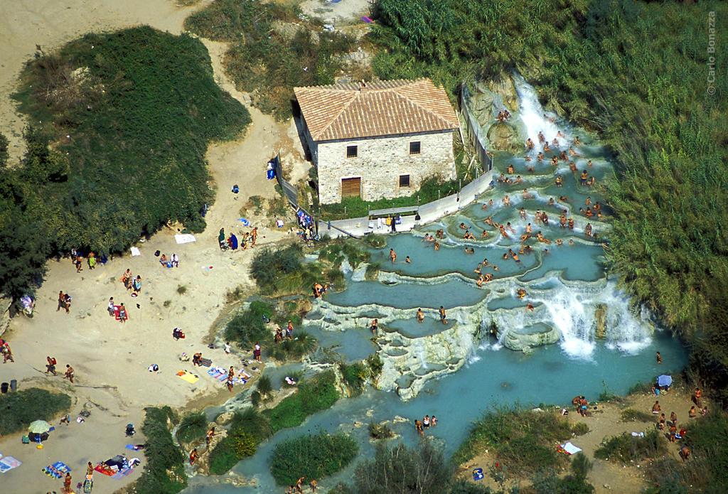 La deg synke ned i Toscanas naturlige varme kilder
