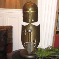 Håndlaget bordlampe Crusader