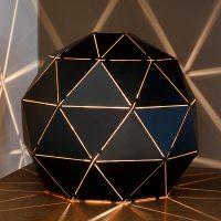Otona - bordlampe av svart metall