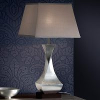 LED-bordlampe Deco med dreid fot